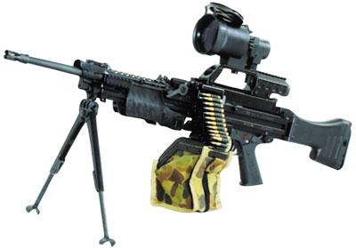 5,56-мм единый пулемет MG.4 с оптическим прицелом и патронной лентой на 200 патронов