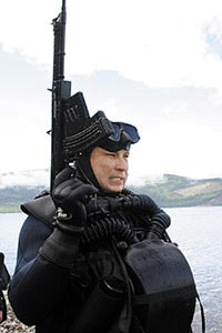 Боевой пловец внутренних войск МВД России, вооруженный специальным подводным автоматом АПС