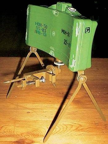 МОН-50 – практически полная советская копия американской мины M18A1. Она оснащена струбциной для крепления, а ее передняя сторона вогнута, что уменьшает вертикальное рассеивание шариков