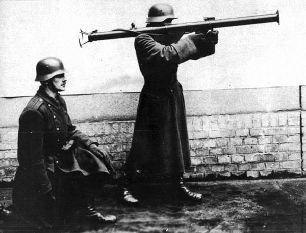 Венгерский противотанковый расчёт с гранатомётом 44.М (со снятым щитком)