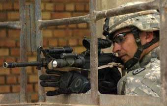 Американский военнослужащий с автоматическим карабином M4
