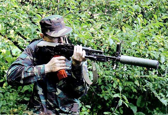 Стрельба из АК-74МБ в положении «буллпап» с правого плеча