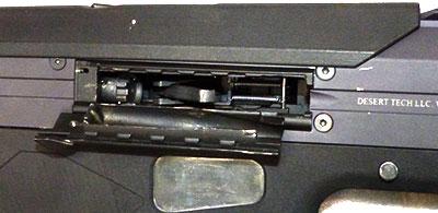 Крышка окна для выброса гильз открыта, затвор поставлен на затворную задержку. Внутри (в центре окна) виден рычаг отражателя стреляных гильз.