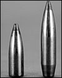 С точки зрения аэродинамики форма может быть хорошей, как у 120-грановой (7,8 г) семимиллиметровой пули слева, но из-за низкой поперечной плотности (то есть веса для этого калибра) она будет терять скорость гораздо быстрее. Если 175-грановую (11,3 г) пулю (справа) выпустить со скоростью на 500 футов в секунду (152 м/с) меньше, то она догонит 120-грановую на отметке 500 ярдов (457 м).