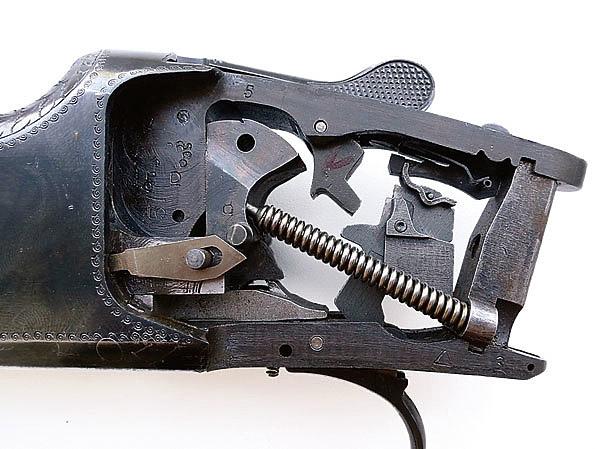 Конструкция вертикалки Браунинга, как и конструкции его других видов оружия, была революционной: до Браунинга двустволки были только с горизонтально расположенными стволами. Изменение расположения стволов неминуемо привело к изменению всей конструкции оружия. Колодка стала значительно массивнее, угол раскрытия ружья тоже увеличился. Наряду с этим заметно расширился угол поля зрения стрелка. До Браунинга на двустволках в качестве боевых пружин использовались пластинчатые, на Б25 их функцию выполнили пружины витые