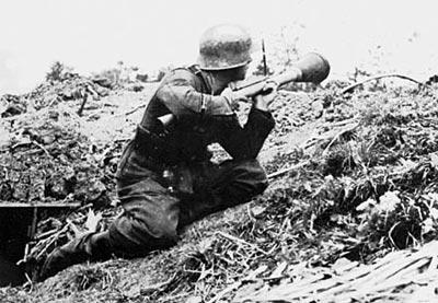 Немецкий солдат-гранатометчик с РПГ Panzerfaust 30M.