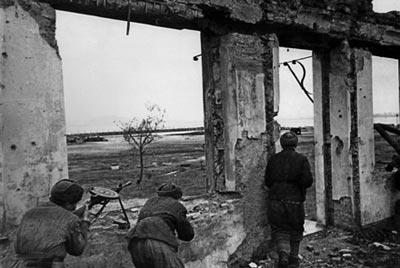 Советские солдаты в наступлении использовали любые укрытия, в том числе и остатки зданий. 1943 год