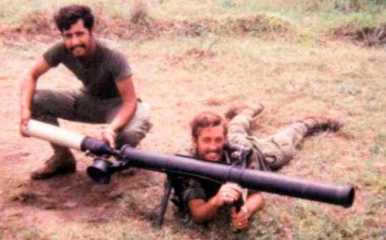 M67 Recoilless Rifle при заряжании