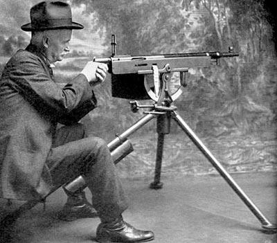 Дж. М. Браунинг за своим <a href='https://arsenal-info.ru/b/book/3005399322/72' target='_self'>станковым пулеметом</a> «Кольт» М 1895. Хорошо видна конструкция одной из первых мягких тканевых патронных лент