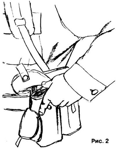 Такое положение позволяет доснаряжать магазин одной рукой, не извлекая его из подсумка (рис. 2)