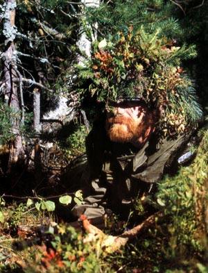 Замаскировавшийся норвежский егерь-десантник в засаде