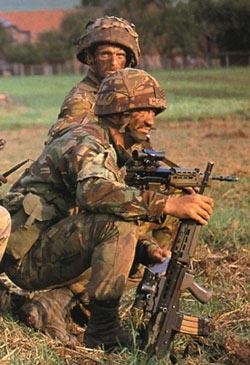 Английские солдаты в камуфлированной летней полевой форме Disruptive Pattern Маterial, окрашенной отражающими красками спектра, что в определенной степени защищает солдат от приборов ночного видения противника