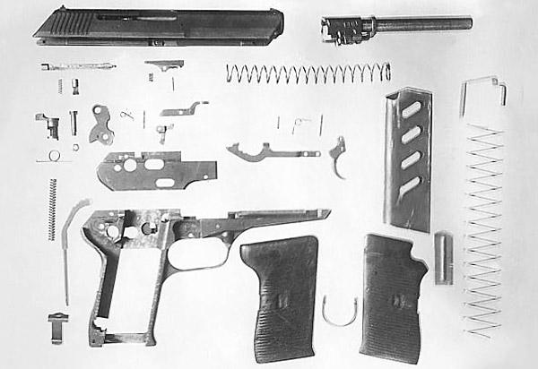 Разборка 7.62-мм чехословацкого пистолета CZ 513. 1- ствол с запирающим механизмом, 2 – затвор с выбрасывателем, ударником и стопором ударника, 3 – возвратная пружина, 4 – рамка с упором, ограничивающим движение ствола вперёд, 5 – курок, 6 – боевая пружина с направляющим стержнем, 7 – шептало с пружиной и осью, 8 – отражатель, 9 – спусковой крючок со спусковой тягой и пружиной, 10 – предохранитель, 11 – затворная задержка с пружиной, 12 – защёлка магазина, 13 – щёчки с пружинящей скобой, 14 – магазин
