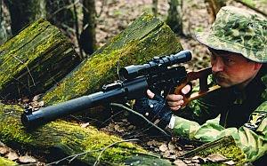 Снайпер ведет стрельбу из 9-мм винтовки ВСС с оптическим прицелом ПО 4х34