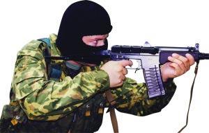 Боец спецназа ведет стрельбу из 9-мм автомата СР-3 «Вихрь»