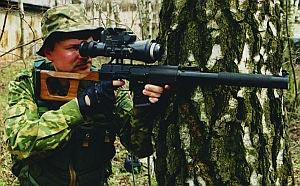 Снайпер с 9-мм винтовкой ВСС, оснащенной ночным прицелом МБНП-1