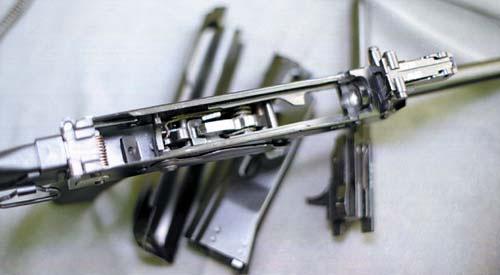 Ударно-спусковой механизм пистолета-пулемета «Бизон», курок взведён. УСМ «Бизона» позволяет вести огонь одиночными выстрелами и очередями