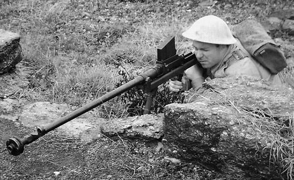 Британский пехотинец изготовился к стрельбе из противотанкового ружья Бойса. Обращает на себя внимание развитый дульный тормоз, призванный снизить отдачу от выстрела