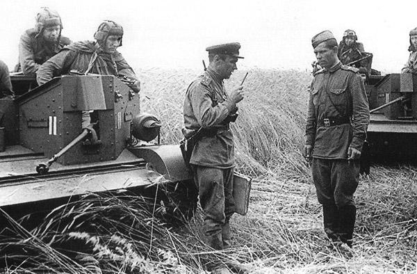 Инструктаж по использованию транспортера «Брен», поставлявшегося по ленд-лизу. В башенках установлено противотанковое ружье Бойса