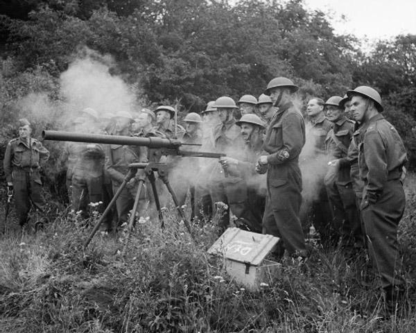Тренировочные стрельбы из пусковой установки «Нортовер Проджектор». Это оружие позволяло производить прицельный выстрел на расстояние 90–100 метров