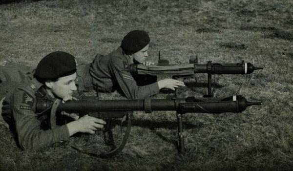 Британские парашютисты готовятся произвести выстрел из гранатомета PIAT. На фото представлены две разные модификации, отличающиеся по габаритам