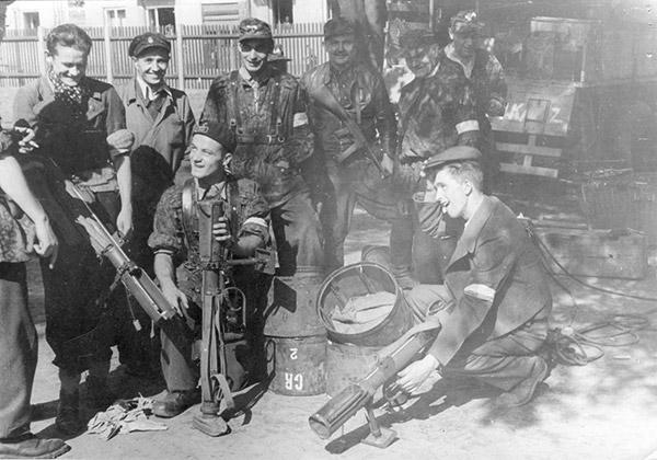 PIAT активно использовался бойцами Сопротивления на оккупированных территориях. Снимок сделан в Варшаве