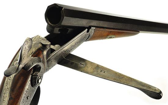 При заряжании штуцера необходимо ориентировать патрон шпилькой вверх так, чтобы она попала в специальный вырез в казенной части ствола.