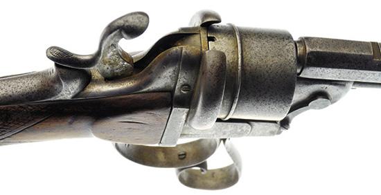 Револьверный карабин Лорона роднит с системами Лефоше исключительно тип патрона: на срезе барабана присутствуют «стандартные» пазы под шпильки.
