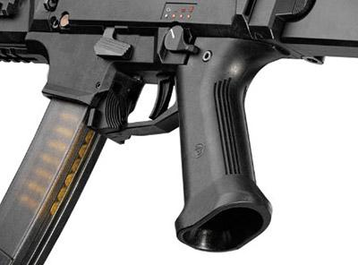 Положение пистолетной рукоятки по горизонтали можно менять в соответсвии с индивидуальными особенностями стрелка