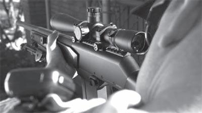 FN FNAR с установленными сошками при стрельбе