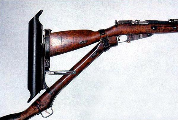 Трехлинейная магазинная винтовка Мосина обр. 1891 г., смонтированная в приспособление для стрельбы из-за укрытий. 1916 г.