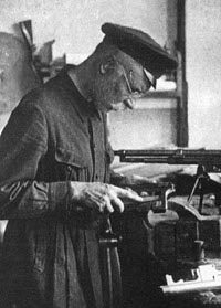 Ф.В. Токарев за изготовлением опытного образца малого автоматического пистолета. Тула, 1930 год