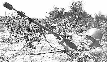 Боец в окопе, изготовившийся к метанию гранаты ВПГС-41. Украина. Июль 1941 года.