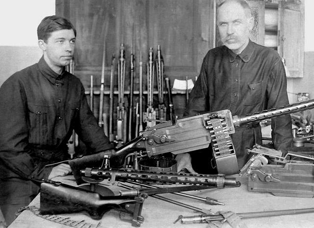 Ф.В. Токарев с сыном у ручного пулемёта МТ (Максима-Токарева) образца 1925 года