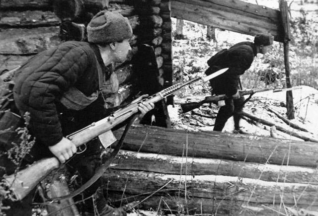 Бойцы народного ополчения, вооружённые СВТ-40, во время битвы за Москву