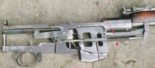 а - рычаг подавателя патронов; б - пружина подавателя с толкателем.