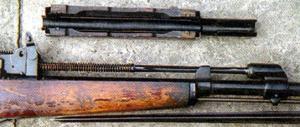 Ствольная накладка M1945 открыта снизу и позволяет (в отличие от CKС) снимать ее без извлечения поршня.