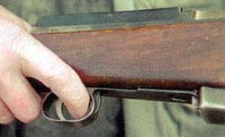 Рычаг предохранителя расположен в пазу передней части спусковой скобы. Выключается предохранитель указательным пальцем, движением вперед.