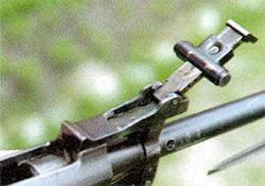 Визуальный контроль установленной дистанции осуществляется через круглое отверстие в хомутике, причем отверстие в хомутике и оцифровка на танке есть и с внутренней стороны прицела.