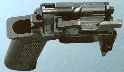 Спусковой механизм с пистолетной рукояткой выполнен отдельно от корпуса автомата