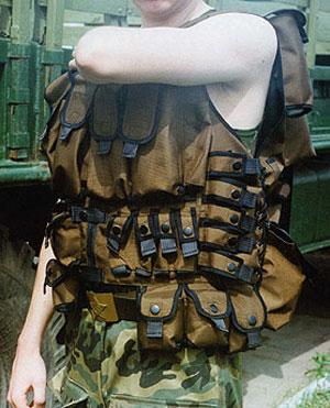 Жилет ФПС. Хорошо заметно стремление заказчика разместить всевозможные виды вооружения на одном носителе. Крайне неудобен и (носитель имеет рост 188 см, 52 размер одежды).