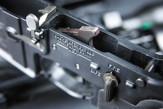 Органы управления — рычаг затворной задержки и флажок предохранителя; из внутренностей ловера выглядывает курок спускового механизма