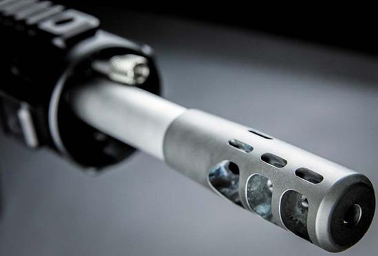 Дульный тормоз Colt Triple-Port. Несимметричный ряд отверстий в верхней части дополнительно компенсирует подброс ствола вправо-вверх