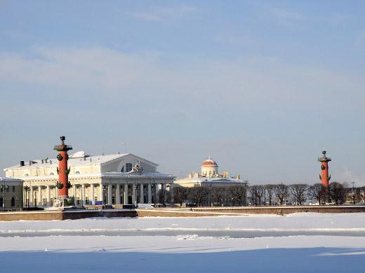 Вскоре после основания города Петр I (1672–1725), правивший с 1689 года, создает там Оружейный двор, куда приглашает иностранных оружейников и переводит лучших мастеров московской Оружейной палаты.