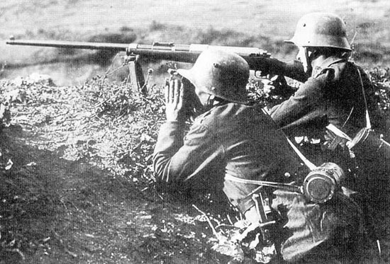 Расчет ПТР Mauser T-Gewehr M 1918 при стрельбе