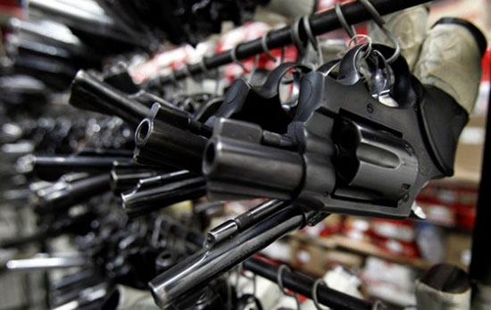 Россиянам разрешили носить оружие для самообороны