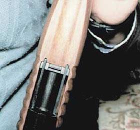 Для обеспечения надёжного и плавного перезаряжания подвижное цевье «Бекаса» связано с затвором двумя тягами
