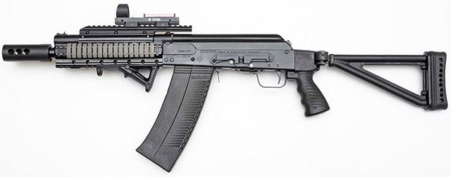 Вид слева на самозарядное ружье Сайга 12-083 C TAC. Обратите внимание на планку для монтажа оптики по середине ствольной коробки
