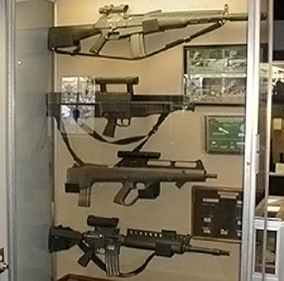 образцы винтовок программы ACR фирм AAI, HK, Steyr, Colt (сверху вниз)