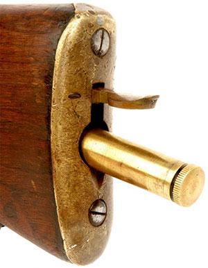 Вид на затылок приклада с открытым отсеком для принадлежностей